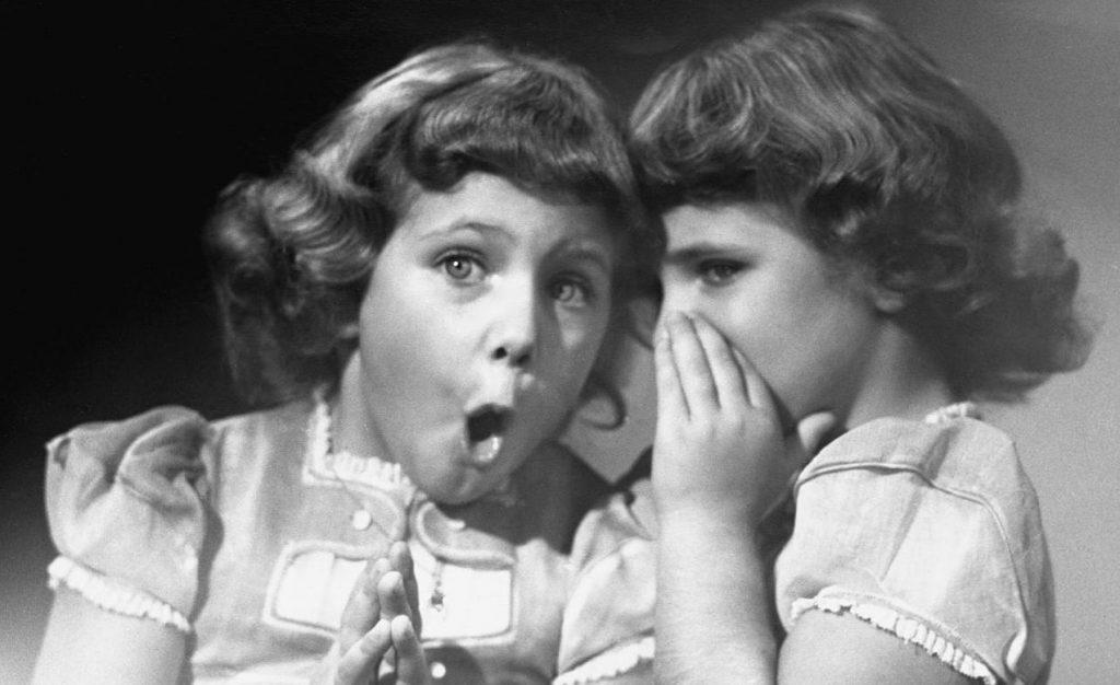 Les vacances, cette période où ton fil d'actualité Facebook devient l'arène d'une lutte sans merci entre photos de bouteilles de rosé sur fond de coucher de soleil et autres cuissots huileux sur sable doré… A se demander où sont passés les clichésoù l'œil hagard et le débardeur tous deux maculés de rouge bas de gamme,...  Lire l'article